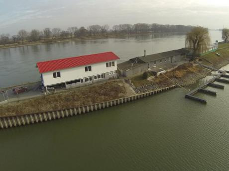 Vereinsheim, Bootshalle und Bootsanleger